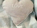 Réaliser un coussin coeur brodé en lin (doublé) (Make an embroidered heart cushion in linen (with lining))